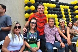 Em seu aniversário de 60 anos, Aderbal (em pé), abraçado a Patrícia Roriz e Rafael Barbosa. De olho na eleição 2014.
