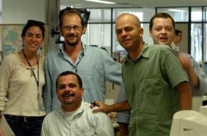 Imagem de 2004 mostra Buarim (de azul) entre colegas da redação do Correio